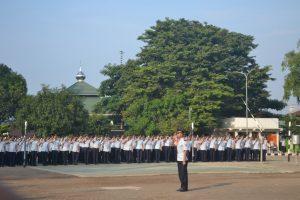 Komandan Upacara memimpin penghormatan