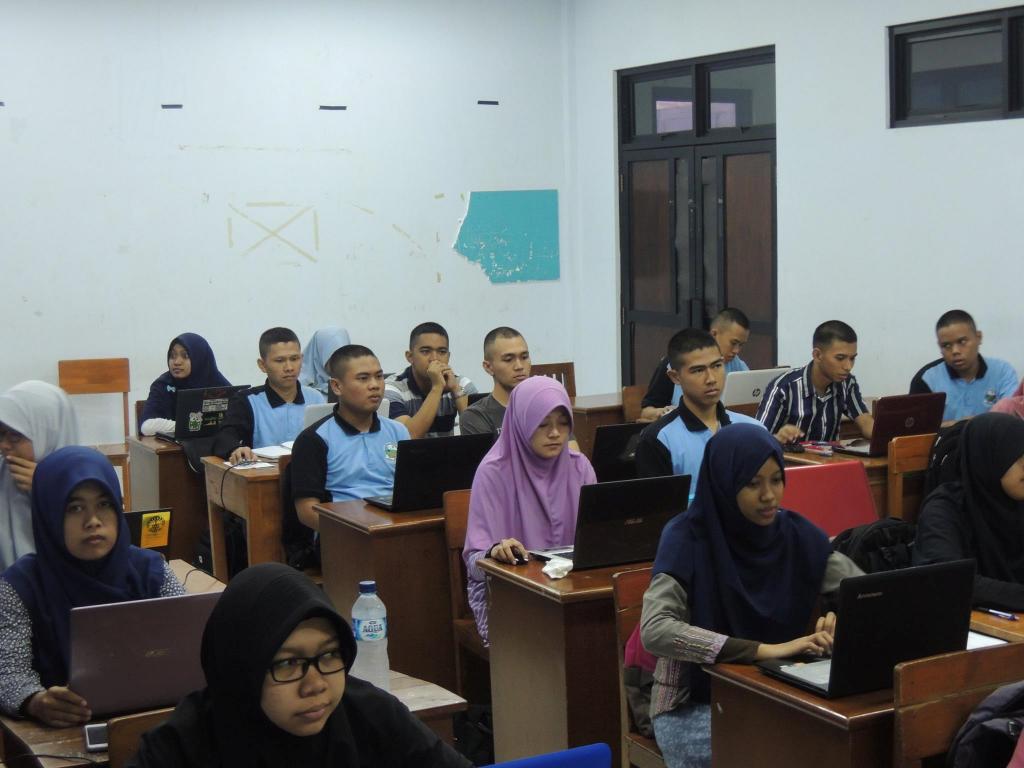 Para peserta workshop menyimak penyampaian materi.