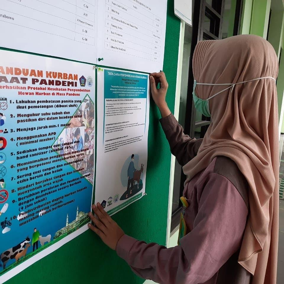 Penyebaran poster sebagai media edukasi oleh unit 10 KKN STMKG
